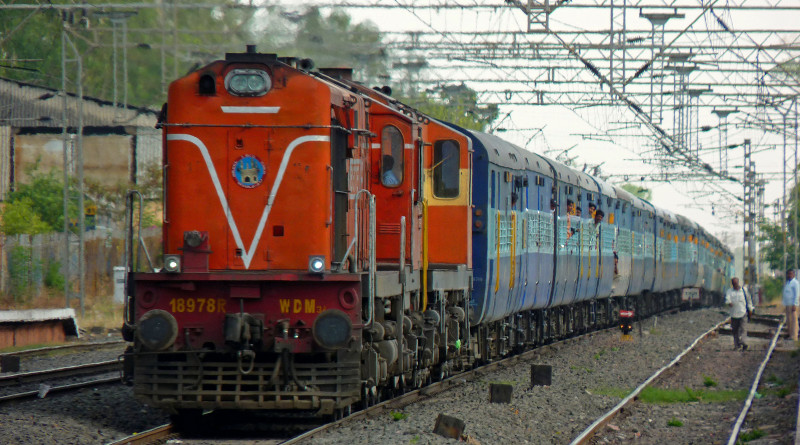 https://navprabhattimes.com/uttar-pradesh/woman-jump-over-train-suicide-1322.html
